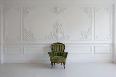有古色古香的时髦的绿色扶手椅子的客厅在豪华白色墙壁设计浅浮雕灰泥造型roccoco元素 库存照片