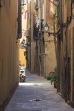有古色古香的灯笼和滑行车的狭窄的街道 库存图片