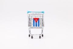有古巴旗子的购物台车 库存照片