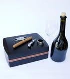有古巴雪茄和雪茄设备的雪茄盒有瓶的稀土 免版税图库摄影