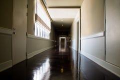 有可利用的自然光的黑暗和空的走廊从窗口 库存图片