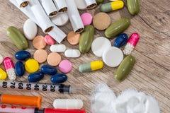 有可卡因药物粉末和药片的射入注射器 图库摄影