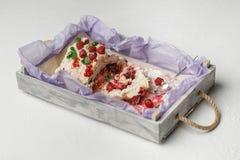 有可口蛋白甜饼蛋糕的木盘子用在白色背景的果子 免版税库存图片