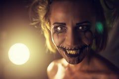 有可怕嘴和眼睛的可怕的女孩 免版税库存图片