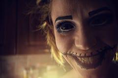 有可怕嘴和眼睛的可怕的女孩 库存照片