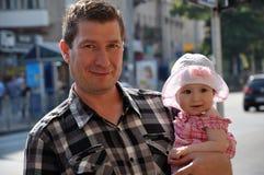 有可爱宝贝的愉快的微笑的父亲帽子的 免版税库存照片
