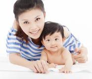 有可爱的儿童男婴的愉快的母亲 库存照片