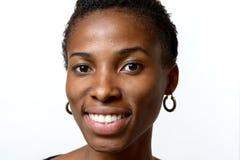 有可爱的可爱的非洲妇女温暖微笑 免版税图库摄影