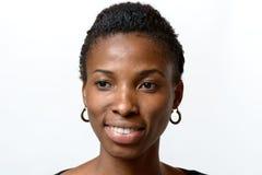 有可爱的可爱的非洲妇女温暖微笑 免版税库存照片