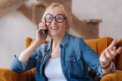 有可爱的妇女交谈每个电话 库存图片