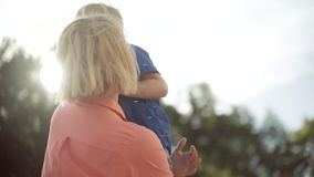 有可爱的孩子的年轻母亲 美好的光 股票录像