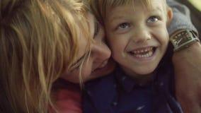 有可爱的孩子的年轻父母 慢动作 股票录像