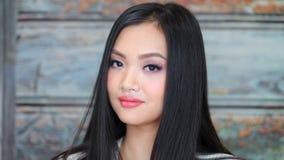 有可爱的微笑的年轻亚裔的妇女特写镜头画象时兴的自然构成 影视素材