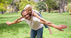 有可爱的父亲乐趣的女孩她一点 免版税库存图片