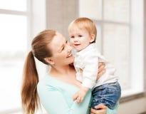 有可爱的婴孩的愉快的母亲 免版税库存图片