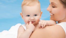 有可爱的婴孩的愉快的母亲 图库摄影