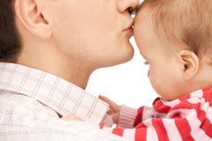 有可爱的婴孩的愉快的父亲 免版税库存图片