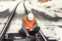 有可调扳手的铁路工作者 免版税库存照片