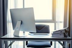 有台式计算机、咖啡和办公室equi的办公桌 免版税库存照片
