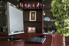 有台式计算机的商业主管办公室 库存照片