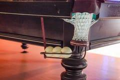 有台球台的球的一个碗 在roo的台球台 免版税库存图片