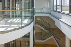 有台阶的一个现代玻璃电梯在一个公共建筑 库存图片