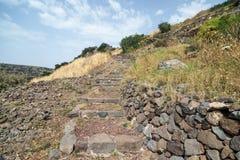 有台阶的一条道路在古老犹太市的废墟罗马帝国的军队戈兰高地的Gamla毁坏的我 库存图片