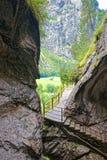 有台阶的峡谷在Trummelbach在卢达本纳伯尔尼瑞士落 库存照片