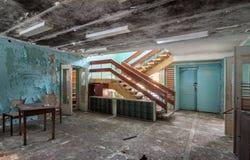 有台阶的霍尔在被放弃的大厦 库存图片