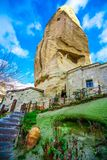 有台阶风景的石议院在Goreme谷,卡帕多细亚,土耳其 库存图片