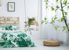 有叶子主题的明亮的卧室 免版税图库摄影