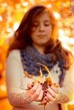 有叶子的女孩 免版税图库摄影
