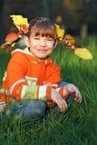 有叶子的小女孩在头发秋天季节 库存图片