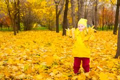 有叶子的愉快的可爱的儿童女孩在秋天公园 秋天 布加勒斯特c e办公室 图库摄影