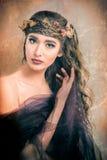 有叶子的秋天妇女在她的头发 免版税库存图片