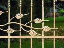 有叶子的美丽的金属篱芭,立陶宛 免版税库存图片