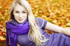 有叶子的美丽的年轻白肤金发的妇女 库存图片