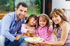 有吃从a的两个女儿的西班牙父母 库存照片