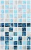 有各种各样的作用大理石的蓝色方形的瓦片 库存照片
