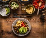 有各种各样的沙拉饭食的板材 素食沙拉柜台以素食食物品种滚保龄球,顶视图 健康吃和烹调 免版税库存照片