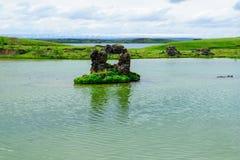 有各种各样的火山岩形成的湖Myvatn 库存图片