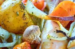 有各种各样的菜的被烘烤的烧鸡腿 图库摄影