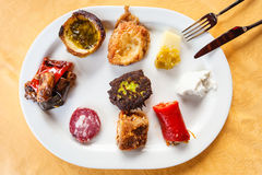 有各种各样的西西里人的快餐的顶视图板材 免版税图库摄影