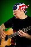 有吉他的人,低音演奏员 免版税库存照片