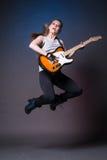 有吉他的女孩在表现前的排练 免版税库存照片
