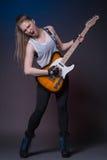 有吉他的女孩在表现前的排练 免版税图库摄影