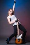 有吉他的女孩在表现前的排练 免版税库存图片