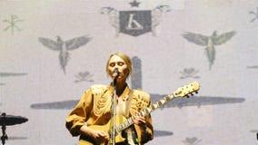 有吉他的女孩歌手执行情感歌曲 股票视频