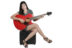 有吉他的微笑的女孩 免版税图库摄影