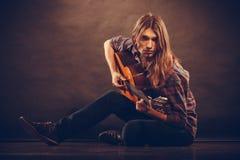 有吉他的浪漫年轻人 库存照片